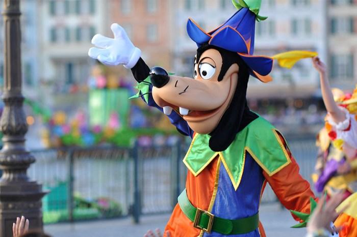 遊客分享到迪士尼樂園照片,意外拍到高飛狗作弄小孩的「邪惡」一面!