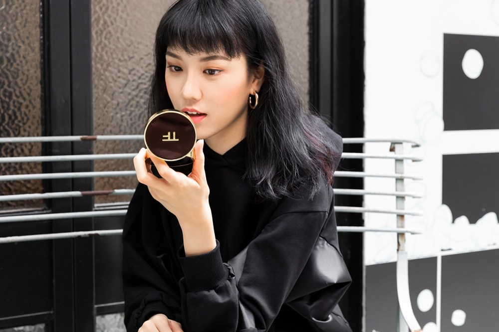 tom ford Satin-Matte Cushion Compact_styling demo_01