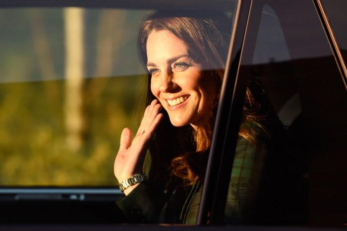 母愛 100%!凱特王妃出訪被女孩摸頭髮,場面超溫馨