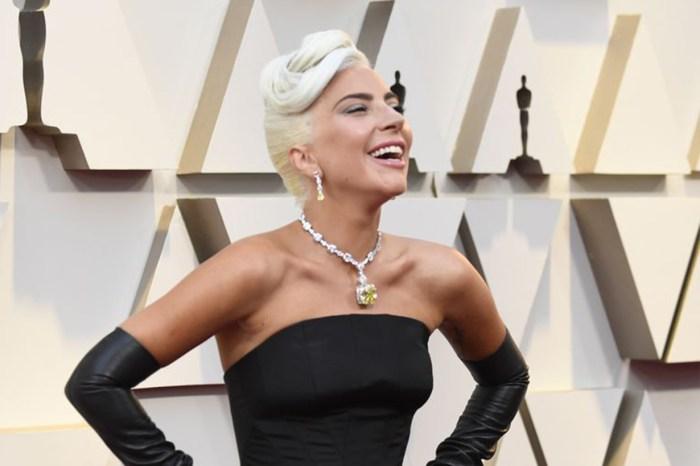Lady Gaga 奧斯卡戴上天價鑽石項鏈,復刻 Audrey Hepburn 的小黑裙造型!