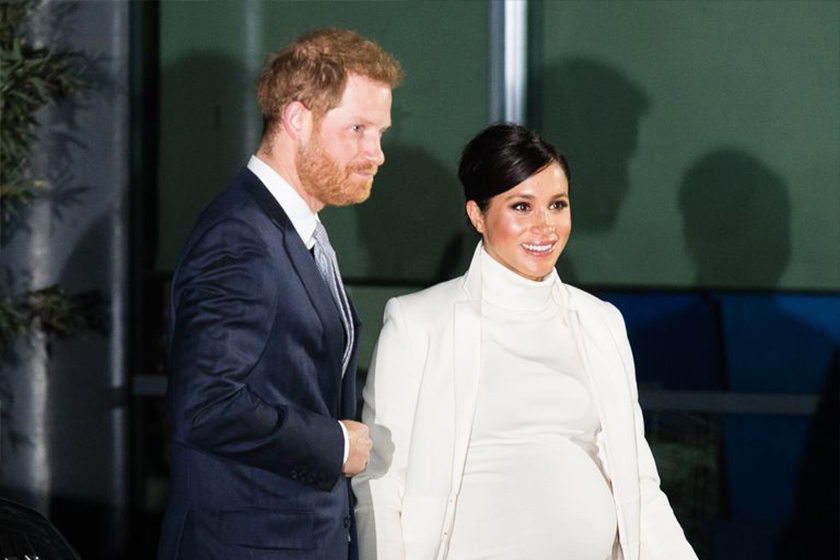 meghan-markle-body-language hold her bump