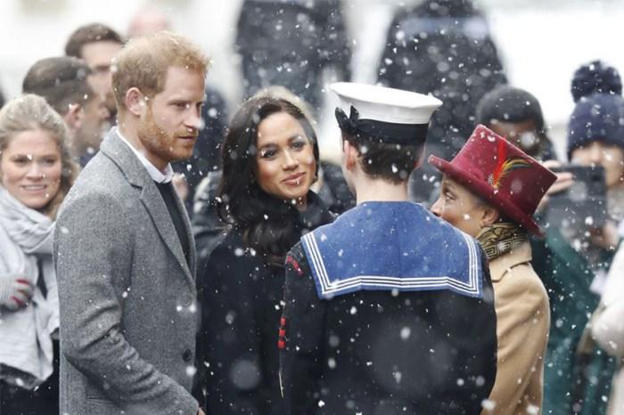 老婦人向哈里展示 25 年前與戴安娜合照,王子的一句話讓人超暖心……