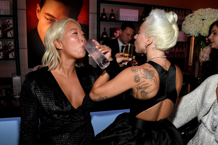 直擊奧斯卡會後派對:高調放閃的夫妻、Lady Gaga 喝交杯酒、喝開的名人相?