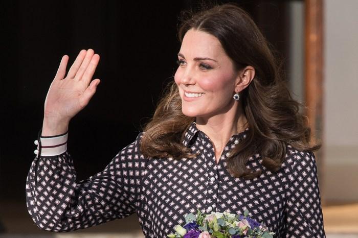 還記得夏洛特的「招牌揮手」嗎?凱特王妃模仿女兒再施展一次!