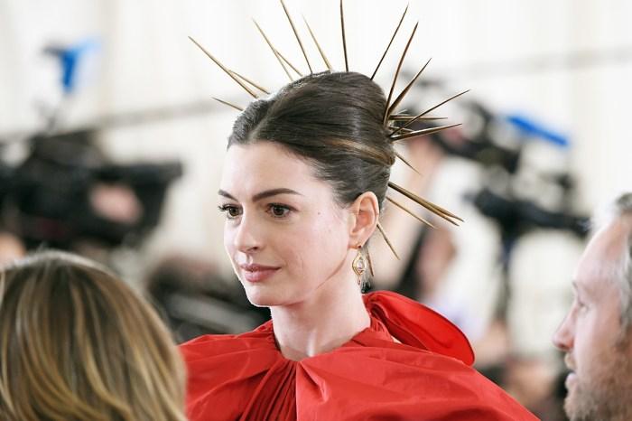 Anne Hathaway 畫上大濃煙燻妝登封面,網民紛紛表示:「她是誰?」