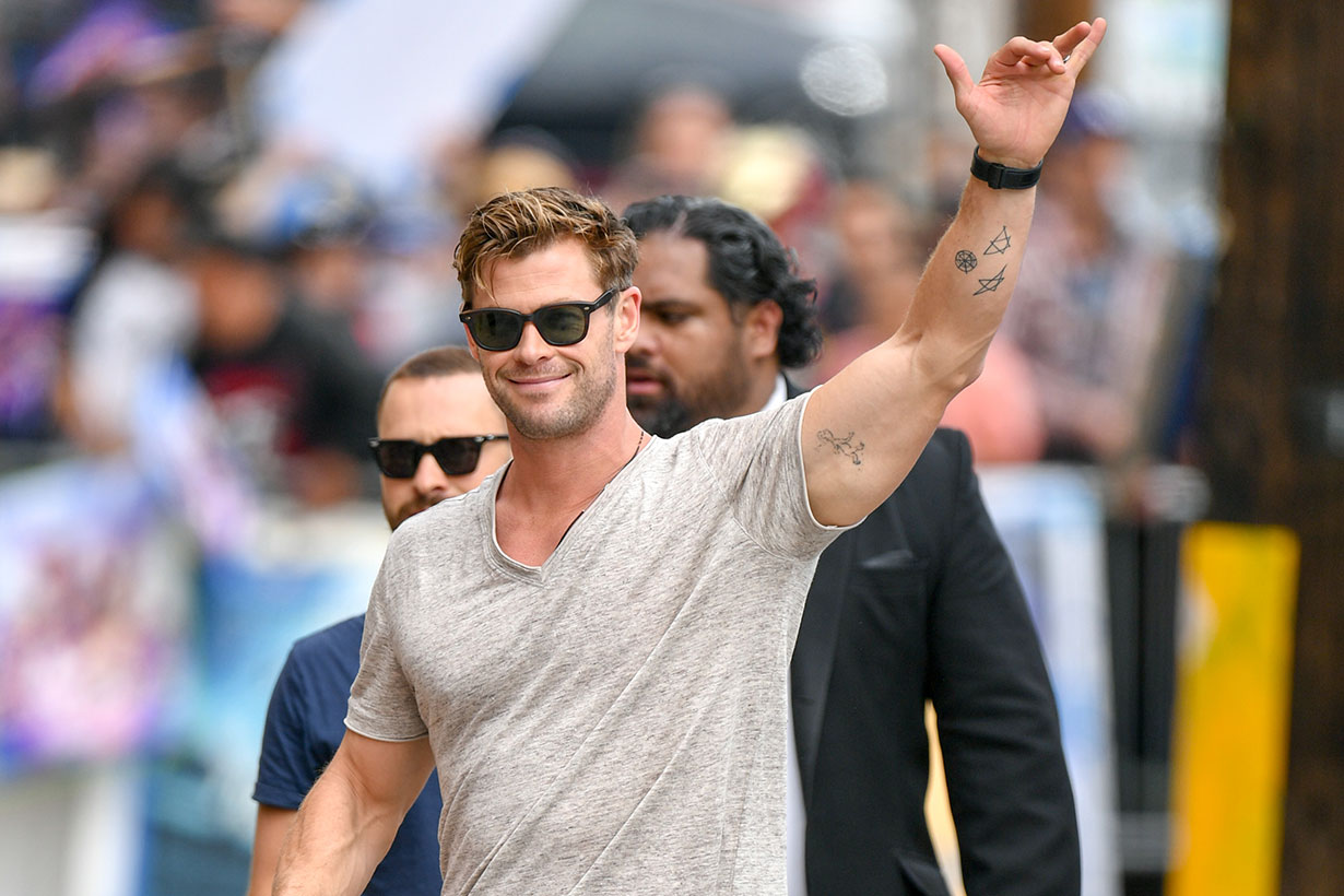 Image of 復仇者英雄為Iron Man 合唱生日歌!網民目光卻離不開 Chris Hemsworth 的趣怪舞姿