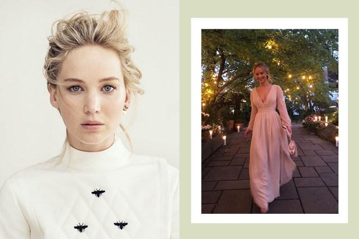 低調舉辦訂婚派對,Jennifer Lawrence 身穿這件典雅低胸深 V 洋裝絕美現身!