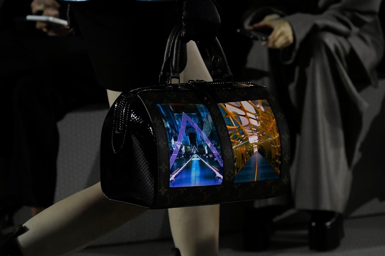 Louis Vuitton  開創先河推出全球首款 OLED 手袋,還可隨時變換圖案!