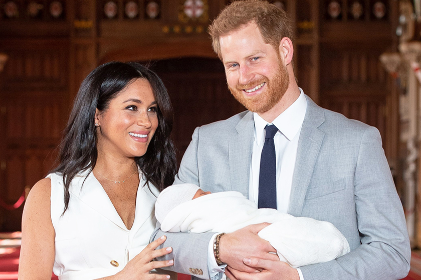rince-harry-whispered-to-meghan-markle-before-baby-sussex-photo-call