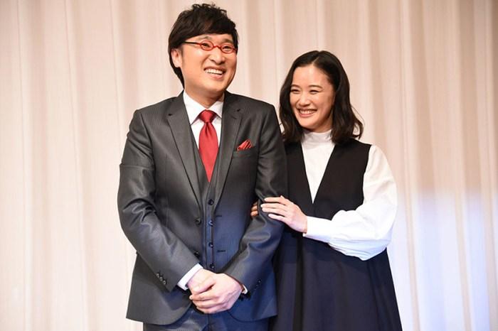 蒼井優結婚記者會上竟被無禮提問眼眶泛淚,老公一席話讓網民直呼「嫁對了」