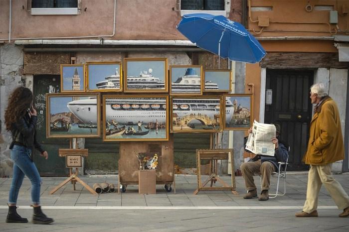 「我們不需要更多遊客」:Banksy 威尼斯街頭展出,9 幅畫只有一個訊息!