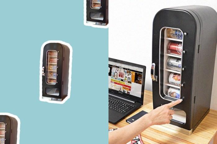 引起討論:日本這台縮小版「販賣機冰箱」,竟然可以放在自己的辦公桌上!