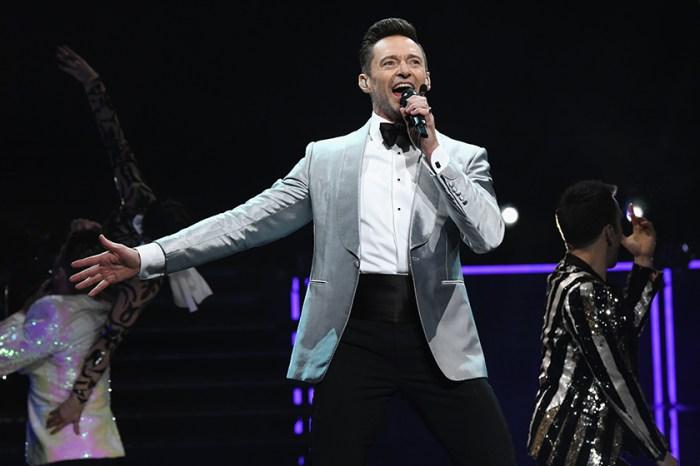 演唱會中途 Hugh Jackman 走下舞台替粉絲驚喜求婚,全場觀眾尖叫助攻!