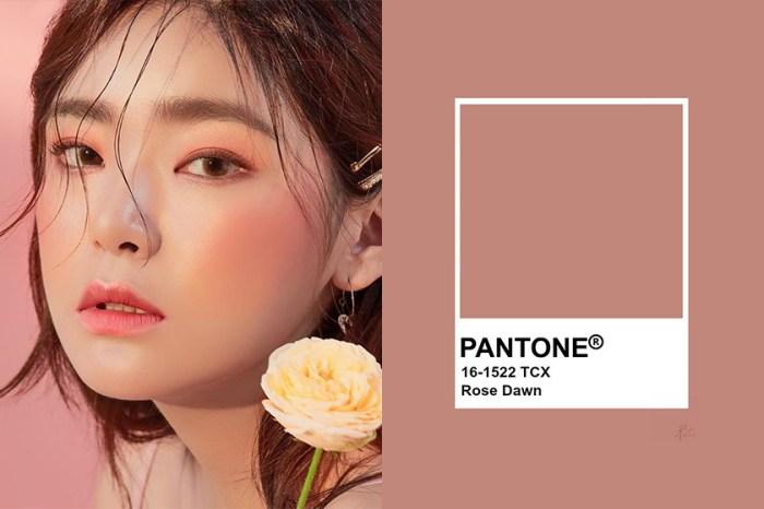 畫出暈染粉色調:韓國女生都在討論這盤 Pantone 色的「腮紅、眼彩」兩用餅!