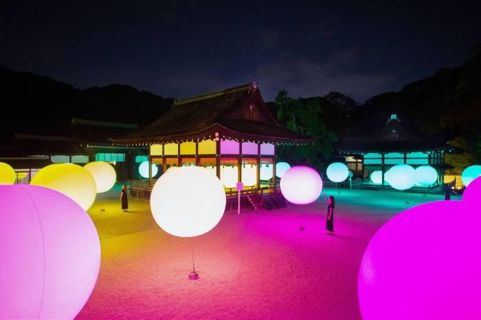 跟著 teamLab 走進京都:在夜晚的神社裡享受如夢似幻的「光之祭典」