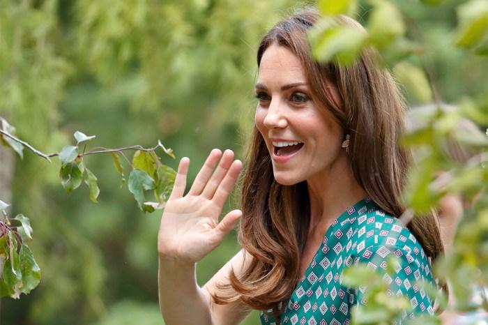 氣質不靠錢堆砌:凱特身上這條 V 領印花裙,竟來自法國平民品牌!