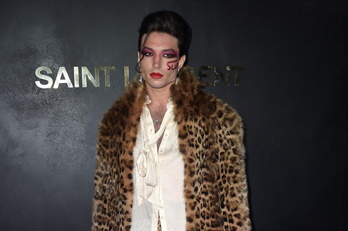雌雄莫辨:Ezra Miller 一身大膽豹紋,慵懶魅惑出席 Saint Laurent 巴黎大秀!