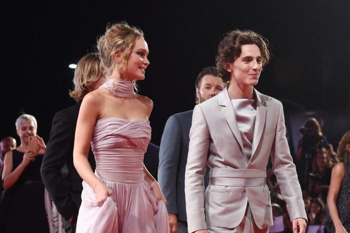 小倆口紅毯公開亮相! Lily-Rose 和 Timothée 出席首映會偷偷穿了情侶裝?