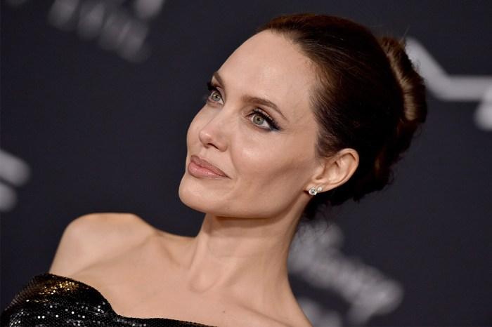 《黑魔后 2》首映:Angelina Jolie 性感黑裙現身,與孩子們一起笑得超甜!
