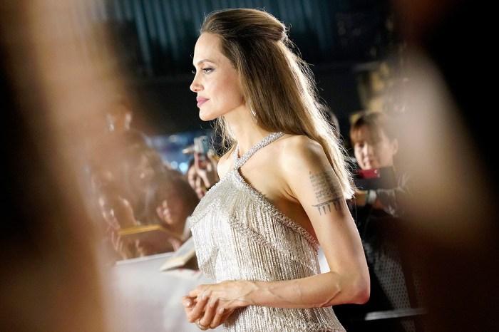 相機閃過不停!Angelina Jolie 禮裙銀光流淌,美得如女神下凡