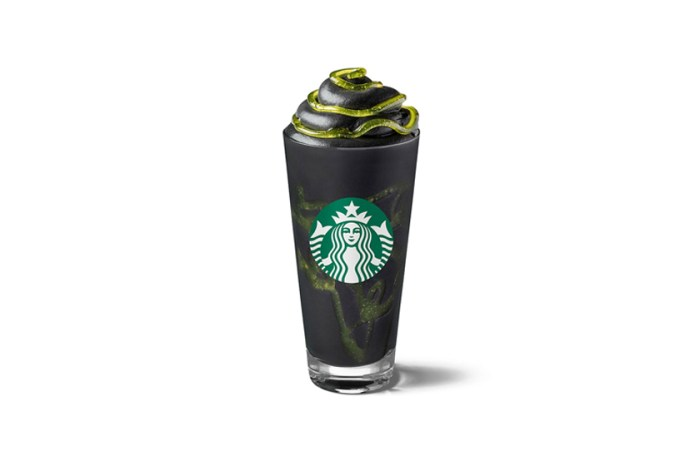 Starbucks 推出超暗黑 Halloween 口味,烏漆墨黑+黏液的星冰樂讓人又怕又想試!