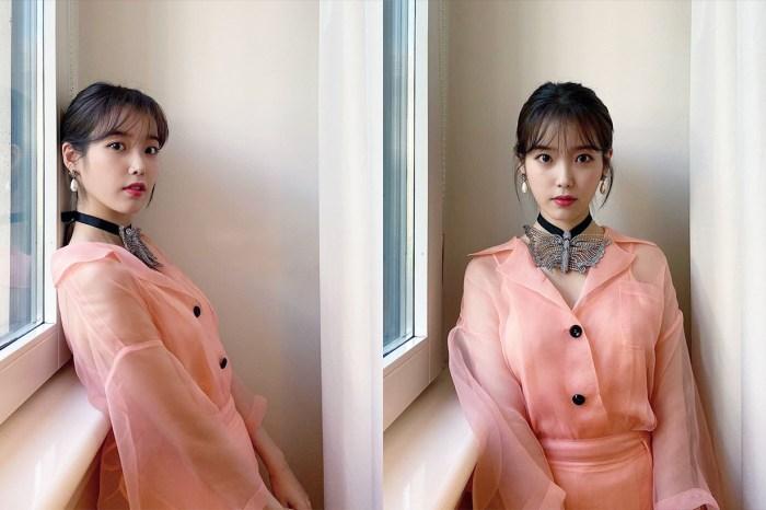 告別藍髮:IU 以純黑髮色配以粉紅色造型登封面,展現猶如鄰家少女般溫潤氣質!