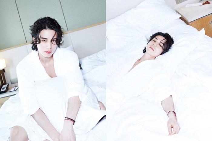李棟旭再度身材大放送,穿上浴袍躺在床上拍硬照!