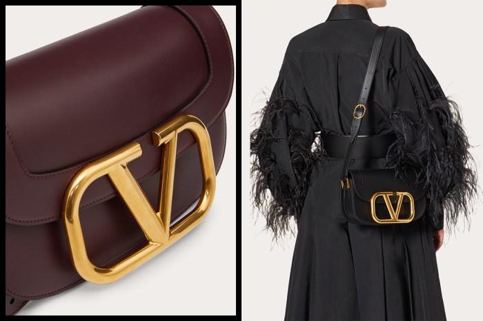 放大象徵奢華感的品牌標誌!Valentino 大型金屬扣手袋彰顯貴氣經典質感
