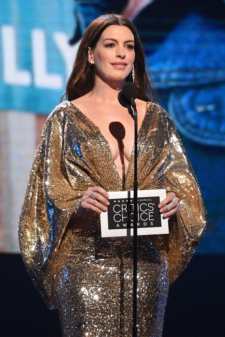 """Anne Hathaway Presses Pause On Maternity Leave To Orchestrate An Epic Versace """"Mic Drop"""" At The Critics' Choice Awards"""