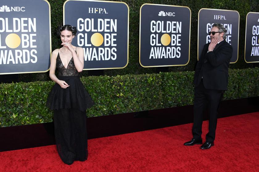 Joaquin Phoenix rooney mara golden globe red carpet 2020 behind the scene adorable moment