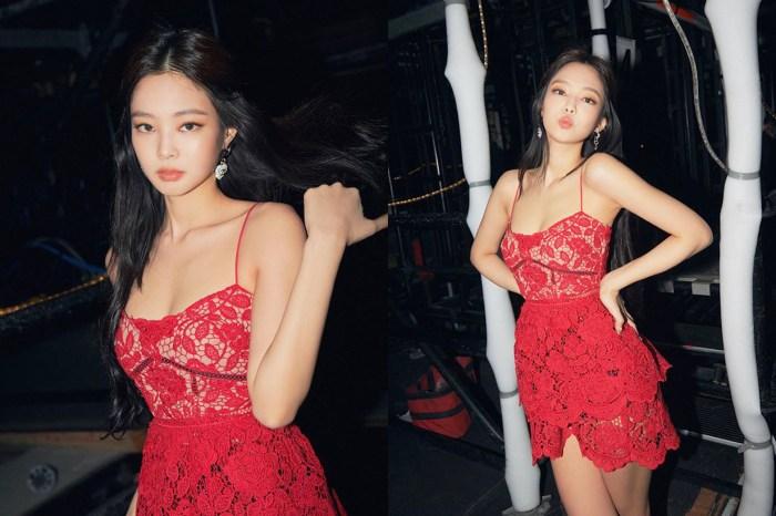 火辣性感又嬌俏!BLACKPINK Jennie 在演唱會上穿的這條紅色蕾絲吊帶裙引起粉絲討論!