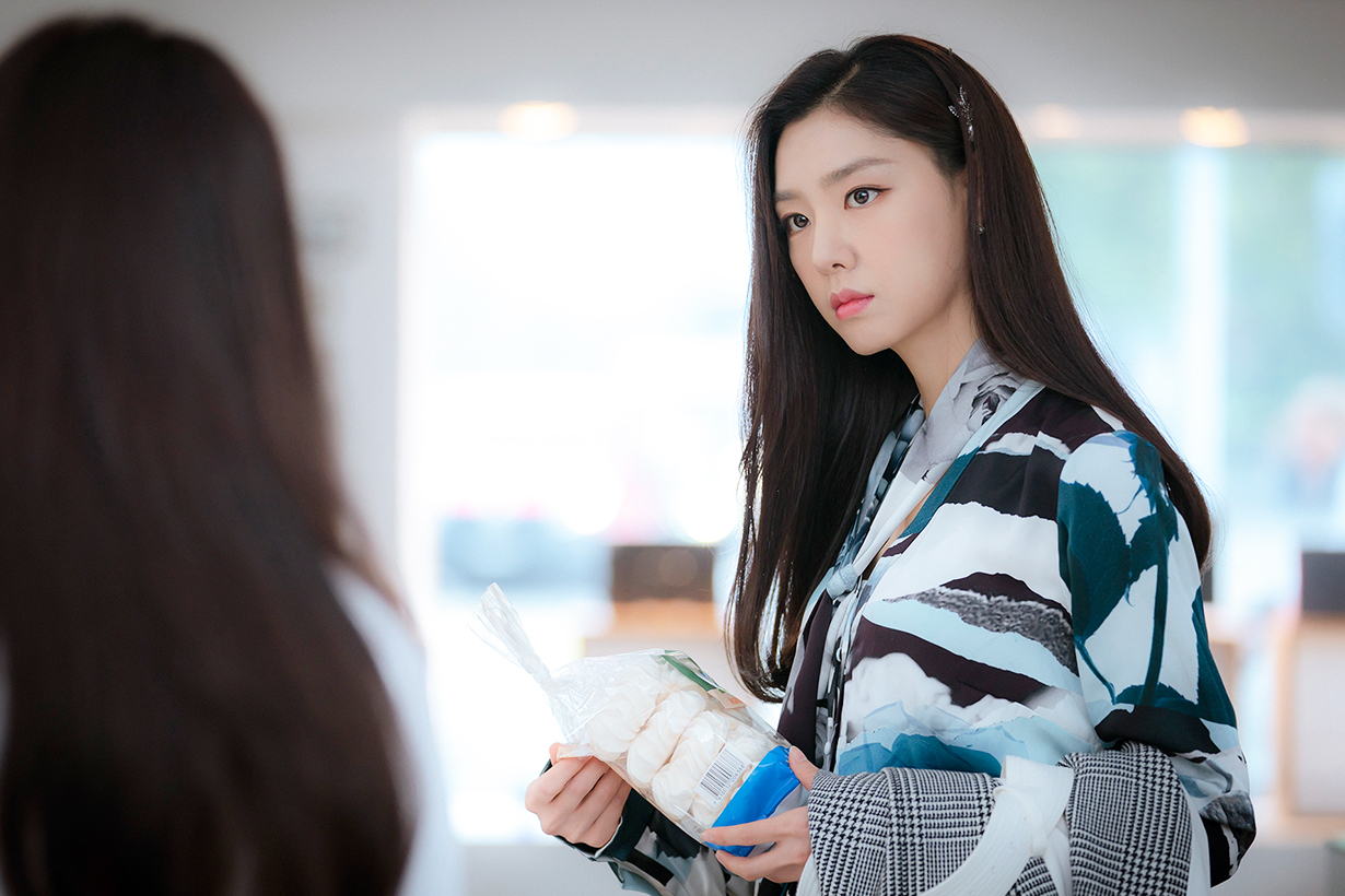 Crash Landing On You Seo Ji Hye Hyun Bin Son Ye Jin Korean Drama Netflix tvN Drama Red Velvet Irene Looking alike k pop korean idols celebrities singers girl bands actresses