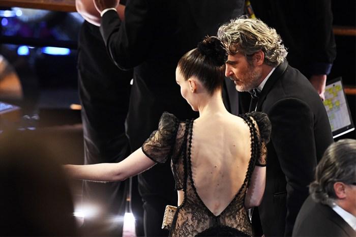 沒有華麗的慶功,Joaquin Phoenix 與未婚妻被捕捉到的這一刻令人融化!