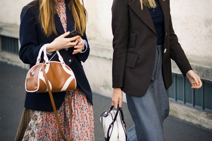 幾乎每位街拍達人都有一個!Prada 這款經典手袋,或成為今年 It Bags 之一?