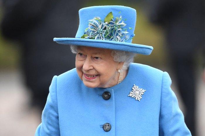 英女王戴上這枚胸針,暗示了她對哈里、梅根遷出王室的想法!