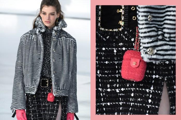 #PFW:Chanel 最搶手配件已出爐?粉紅軟呢 AirPods Case 悄悄曝光,每一個細節都讓人著迷!