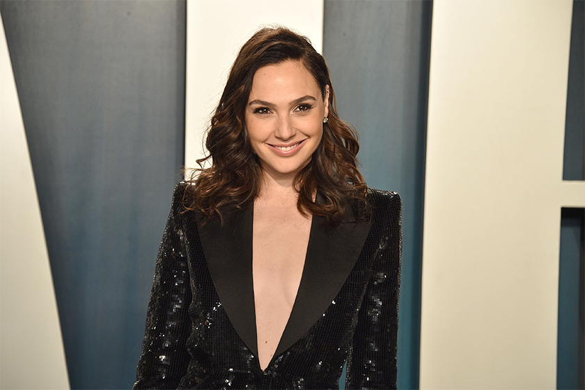 Gal Gadot sing Imagine with hollywood stars Natalie Portman, Sia,Mark Ruffalo, Kaia Gerber, Care Delevingne