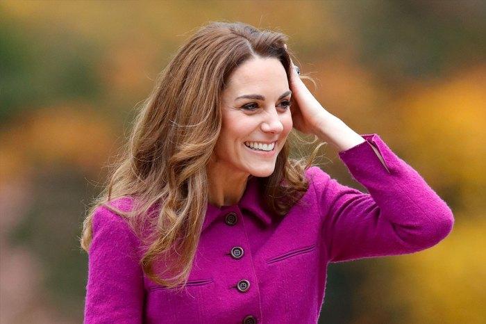 凱特也能駕馭俐落職場風,這身豆沙粉套裝更出自英國平民品牌!