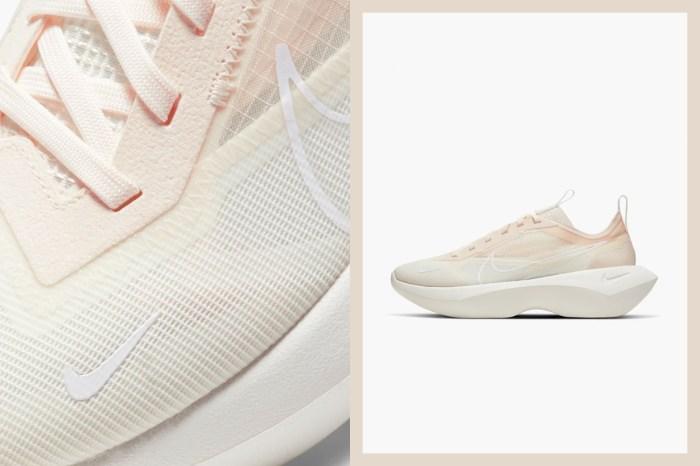 Nike 替女生最愛的增高波鞋添了在太陽下閃閃發光的米白配色!