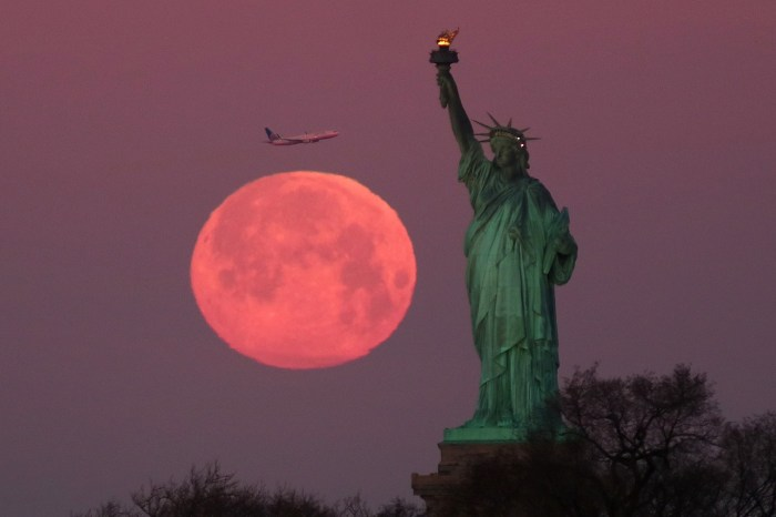 夢幻粉紅月亮現身夜空:2020 年最壯闊的超級月亮在本週出現!