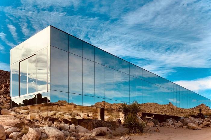 夢幻之宅:隱身於一片荒漠的這幢鏡面房屋,竟藏著泳池圍繞的高級度假空間!