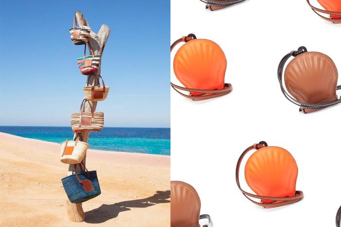 漫步沙灘的愜意:Loewe 的這個新貝殼小包不止可愛,還能有 3 種搭配方式!