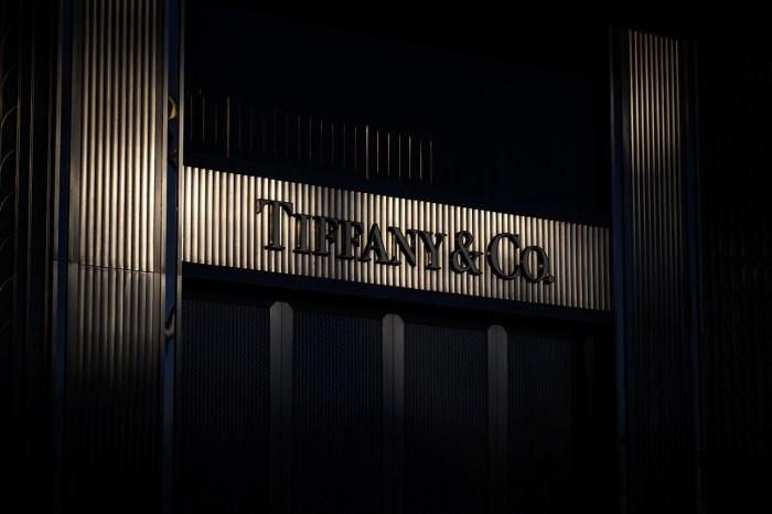 在敲定交易日後,LVMH 天價收購 Tiffany & Co. 又傳變數!