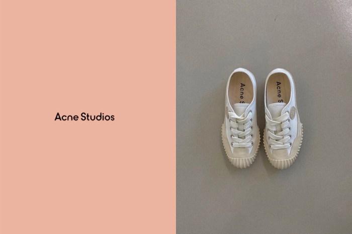 原來 Acne Studios 就有一雙不怕撞款,又可以讓人悄悄長高 3cm 的帆布鞋!