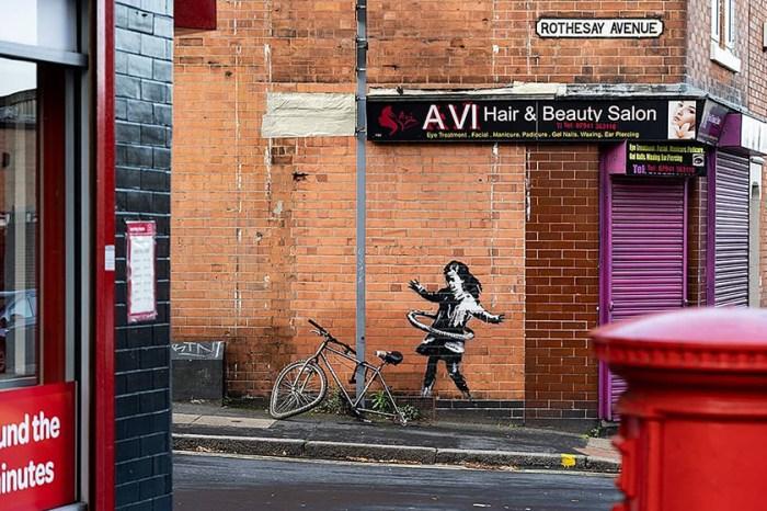 「他只對我眨眨眼…」Banksy 創作最新作品時,終於有了目擊證人!