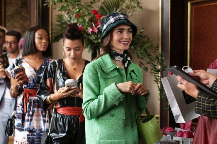 《Emily in Paris》的 6 個幕後趣事!這一幕是致敬 Audrey Hepburn?
