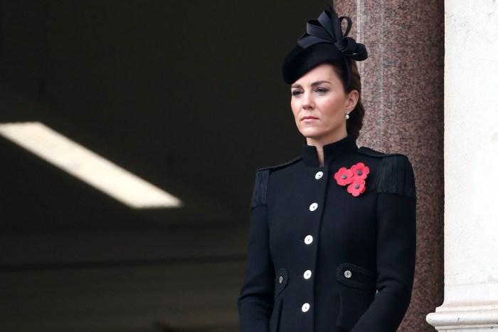無懼疫情出席國殤紀念日活動,凱特王妃的黑色大衣暗藏暖心細節!