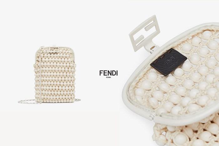 最美遺珠:藏在 Fendi 手袋中,串珠白色蕾絲迷你手機包必收!
