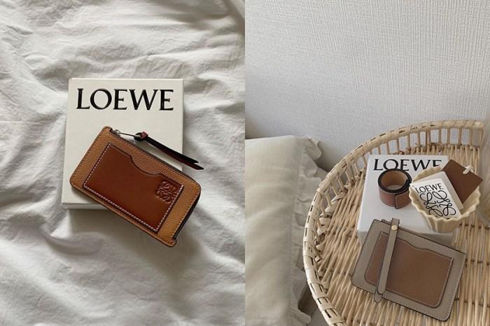 低調淡雅:Loewe Card Holder,極簡對比色攻佔日本女生 IG!