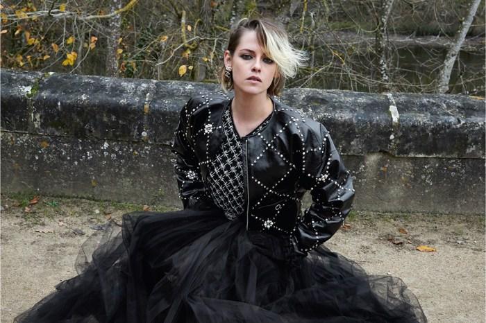 Kristen Stewart 穿上 Chanel 2021 Métiers d'art 系列,演繹不羈的貴氣